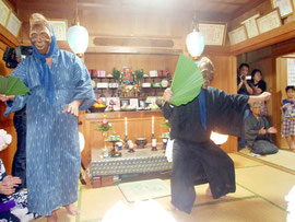 祖先供養のため、にぎやかに踊る(右から)ウシュマイとンミー=30日夜、石垣