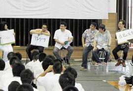 BEGIN(右)、平田大一さん(左)が在校生にアドバイスした=八重山高校