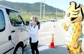 通行車両のドライバーへ安全運転を呼びかけた(10日、環境省西表野生生物保護センター提供)
