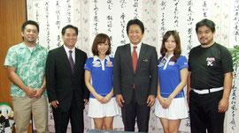 石垣島初のプロ・アマトーナメントが開催される。秋吉夕紀さんは左から2人目、佐々木優香さんは右から2人目=22日午後、市長室