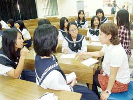琉球大学による離島支援プロジェクト「知のふるさと納税」が今年も行われる。写真は昨年の琉大生による進路相談会