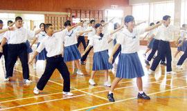 校歌ダンスを披露した伊原間中の生徒たち=22日午前、伊原間中学校