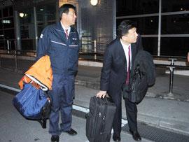 石垣空港に到着した新藤氏(右)と向山氏(20日夜)