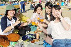 オリオンビアフェストで乾杯する参加者=14日、新栄公園