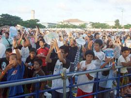 うたの日コンサートを楽しむ観客=30日午後、舟蔵公園