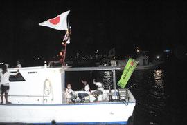 尖閣諸島周辺海域へ出航する漁船=9日午後9時半ごろ、石垣港