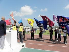選手宣誓する(左から)長間翔悟、嘉弥真玲奈選手=市中央運動公園陸上競技場
