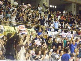 琉球キングスの勝利に沸く観客=28日夜、市総合体育館