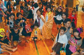 思いおもいの仮装で、変身した子どもたち。あちらこちらで歓声が上がった=石垣市総合体育館