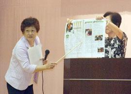 育鵬社版公民教科書の問題点を指摘する小笠原さん(左)=24日夜、市健康福祉センター