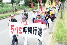 自衛隊配備反対などを訴える平和行進の参加者=15日午後、白保