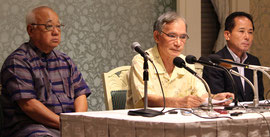 会見する関係者(左から委員の下地敏彦宮古島市長、國場氏、照屋氏)。政策について、経済振興策や医療問題など幅広く協議し作り上げるとした=5日、沖縄ハーバービュー