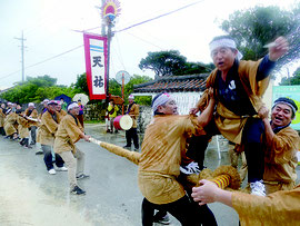 強い雨の中大綱引きが行われた=16日午後、黒島伝統芸能館前