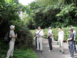 自然観察メニューを体験する旅行社担当者と委員会メンバー=県立バンナ公園