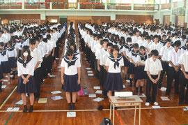 反戦平和集会で黙とうする生徒=八重山高校、登野城