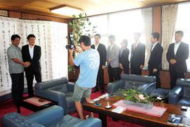 中山市長との会見後、一人ずつ記念撮影を求めて列を作る都議=25日午後、市役所