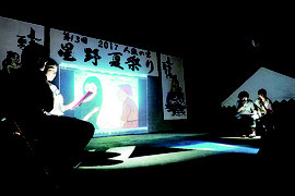 人魚伝説の朗読が行われた=22日夜、星野公民館
