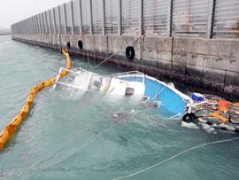 台風の影響で転覆したマリンレジャー船(八重山漁協近く)