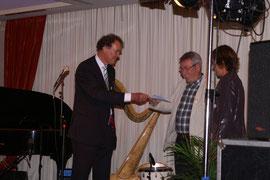 Ruud Poortier krijgt enveloppe uitgereikt door de voorzittter van BetweenUs.
