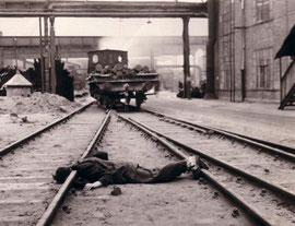 Freitod eines Zwangsarbeiters im Flick-Stahlwerk Gröditz. Flick war über die unmenschliche Situation in seinen Betrieben informiert (vgl. DER SPIEGEL, 23/2008, Seite 96-97; Bild: Stadtarchiv Gröditz)