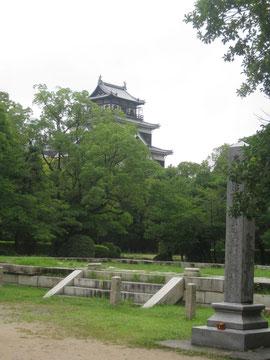 広島城を背景に 大本営の礎石
