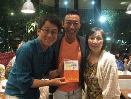 RCCアナウンサー坂上俊次さん(左)、岡本真さんと。2015年6月20日広島市内。