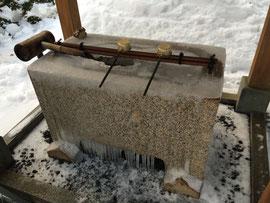 凍った手水鉢