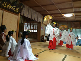 浦安の舞奉納と指導者の石見神社宮司