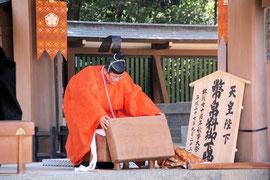 天皇陛下御下賜の幣帛を納めた唐櫃と所役の禰宜