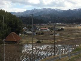 大呂神社の鳥居と耕起を待つ氏子の田んぼ