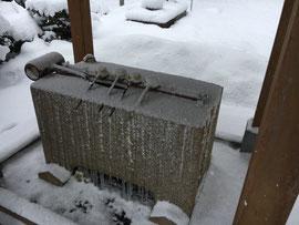 凍てついた手水舎