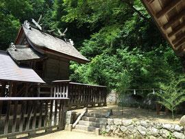 大社造りの本殿と右側面の御旅所