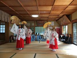浦安の舞を奉納