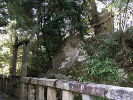 本殿背後の影面岩