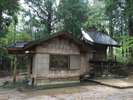 雨に濡れた菅澤神社の社殿