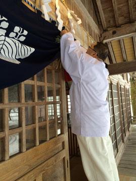 多里神社の輪注連縄と神前幕を撤収