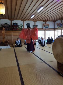 新調した鴇色の狩衣で朝日舞を舞う石見神社の宮司