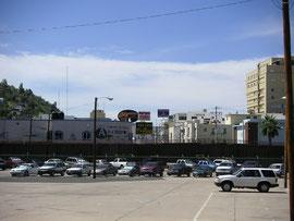 アメリカ側からメキシコを見る。 塀の向こうはメキシコ