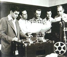 プレーバックを聞くペーテル(左)とニューミュージック四重奏団