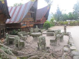 steinerne Stühle vor den Batak-Häuser