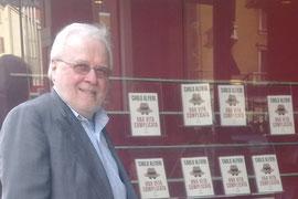 Davanti alla Libreria Mursia, prima della presentazione.