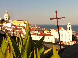 Lissabon, Stadt mit Kueste, verbindet Badeurlaub mit einem Staedtetrip