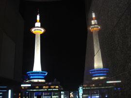 駅ビルの壁面に反射して映っているタワー