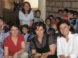 Maritta Frem , la directrice fondatrice (centre), Christiane Khlat du Bureau Directeur (droite).