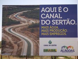 Hinweis am Straßenrand: Hier ist der Kanal für das Halbtrockengebiet Sertao. Mehr Wasser. Mehr Produktion. Mehr Arbeitsplätze.