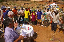 Beten mit den Menschen auf dem Müllplatz