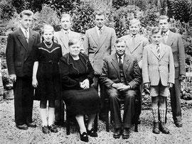 Familie von Pater Beda am Tag vor der Abreise nach Brasilien am 24. Juli 1956: Eines der sieben Geschwister ist bereits verstorben, die anderen waren alle zur Feier in Holzwickede eingeladen. Pater Beda steht in der Mitte hinter seinen Eltern.
