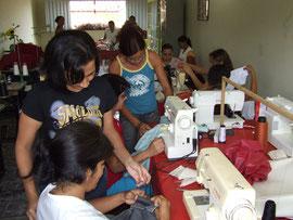 Nach Abschluß der Nähkurse im Projekt erhalten alle Frauen eine Anstellung in der örtlichen Bekleidungsindustrie oder machen sich selbständig