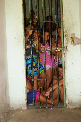 Neuankömmlinge im Frauengefängnis