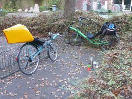 Zwei Liegeräder aus einem Haushalt bei der Pause am Waldfriedhof in Ofenerdiek.